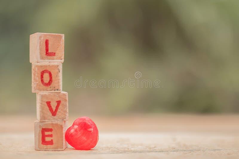 Mensaje del amor escrito en bloques de madera foto de archivo