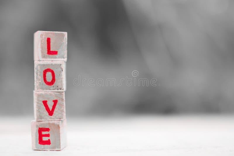 Mensaje del amor escrito en bloques de madera imagen de archivo