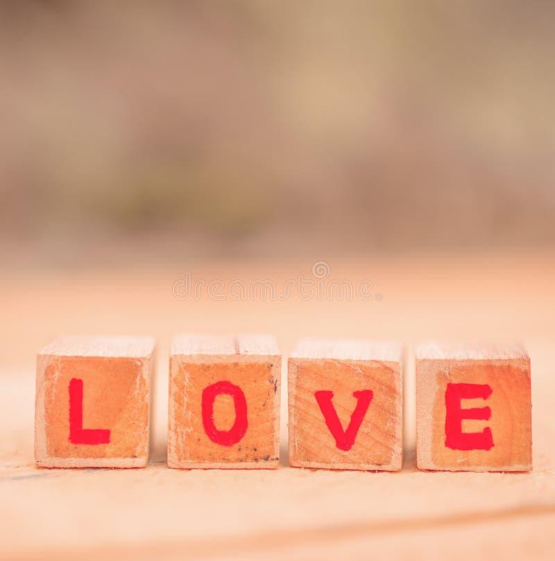 Mensaje del amor escrito en bloques de madera fotos de archivo libres de regalías