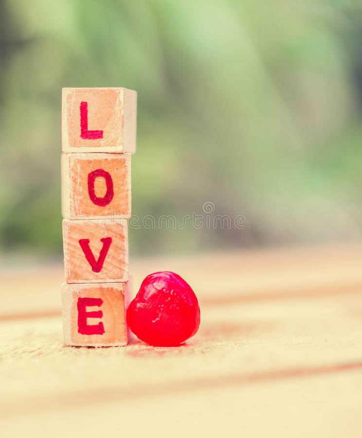 Mensaje del amor escrito en bloques de madera imagenes de archivo