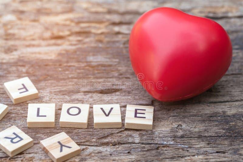 Mensaje del amor escrito en bloques de madera Corazón rojo imagenes de archivo