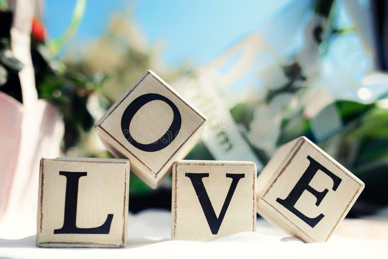 Mensaje del amor escrito en bloques de madera Decoración de la boda fotografía de archivo libre de regalías