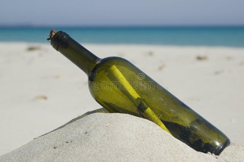 Mensaje en una botella fotografía de archivo