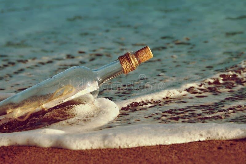 Mensaje en una flotación de la botella imagen de archivo