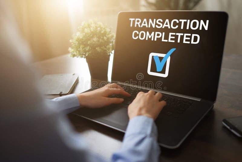 Mensaje terminado de la transacción en la pantalla Actividades bancarias de Digitaces y concepto en línea del pago fotos de archivo libres de regalías