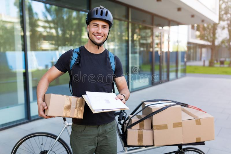 Mensajero de la bici que hace una entrega foto de archivo