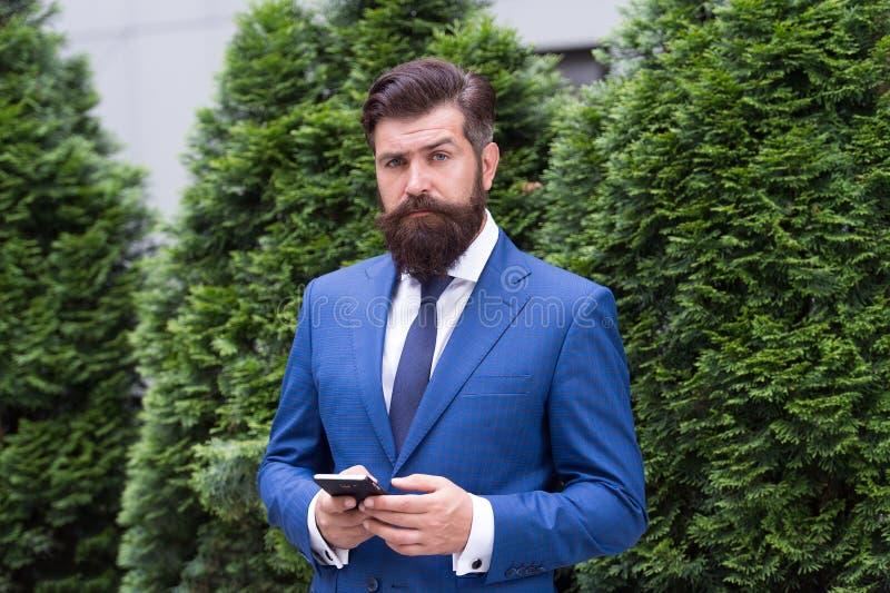 Mensajero del control Vida de asunto Hombre de negocios elegante del hombre Acertado y motivado para el éxito Desgaste barbudo de foto de archivo