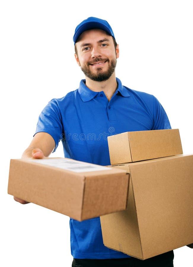 Mensajero del servicio de entrega que da la caja de envío de la cartulina foto de archivo