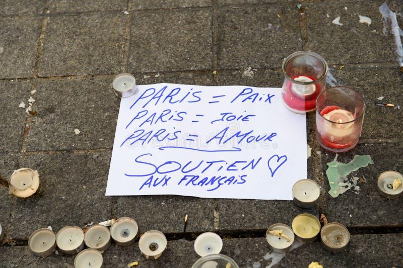 Mensajes, velas y flores en el monumento para las víctimas foto de archivo
