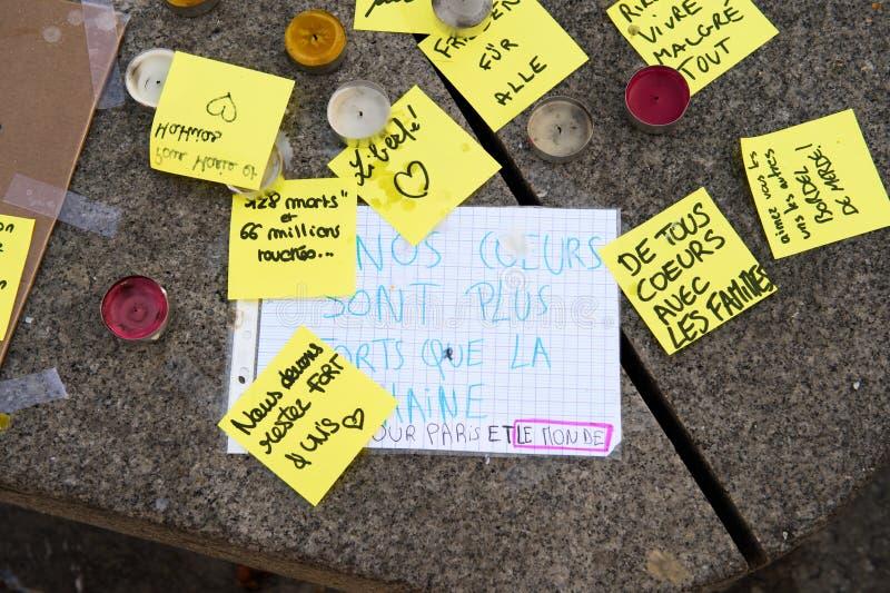 Mensajes, velas y flores en el monumento para las víctimas fotografía de archivo
