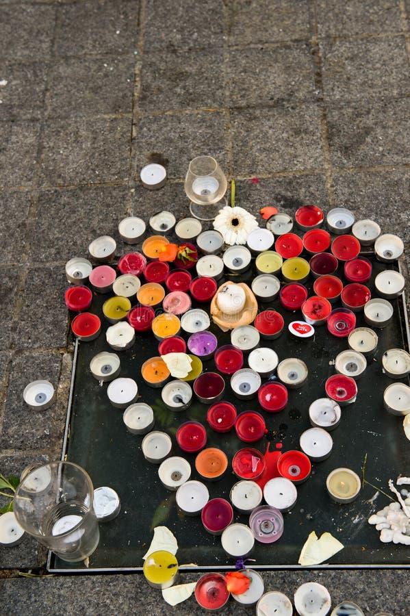 Mensajes, velas y flores en el monumento para las víctimas imagenes de archivo