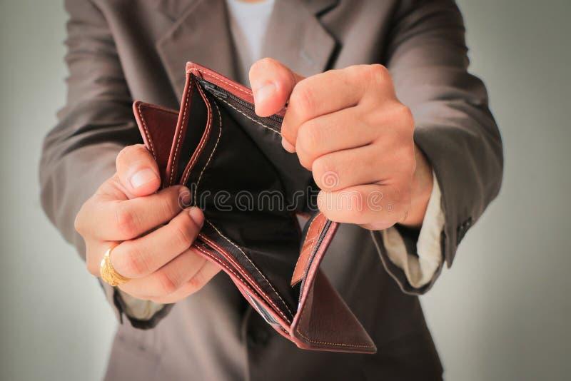 Mensch in der Klage, die leere Geldbörse zeigt lizenzfreies stockfoto