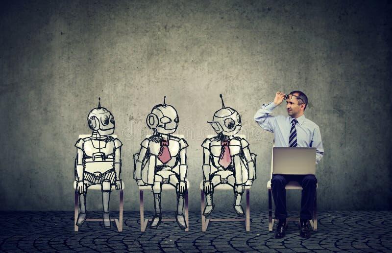Mensch gegen Konzept der künstlichen Intelligenz stockbild