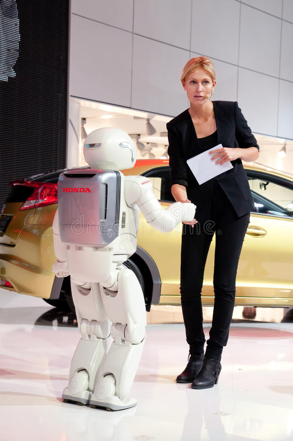 Download Mensch Und Roboter Rütteln Hände Redaktionelles Stockfoto - Bild von prototyp, stehen: 21817008