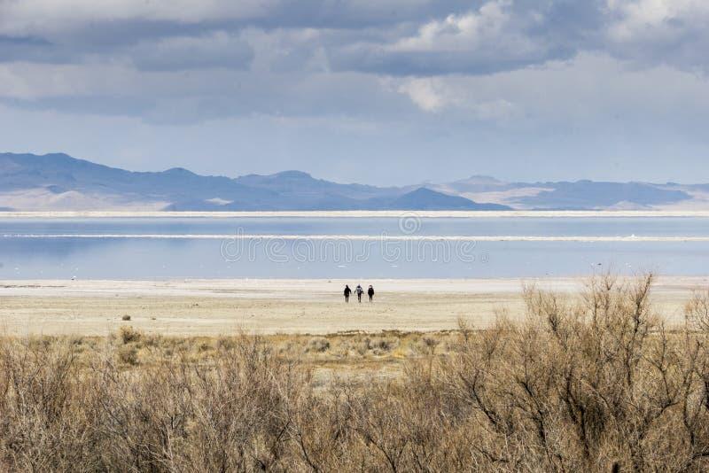 3 Menschen auf dem Ufer von Great Salt Lake, Utah stockfotografie