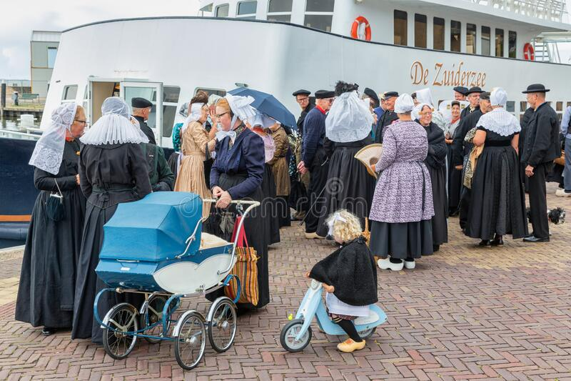 Niederlandische Messe Mit Zwei Unbekannten Madchen An Einem Holzernen Swin Redaktionelles Bild Bild Von Zwei Madchen 34140680