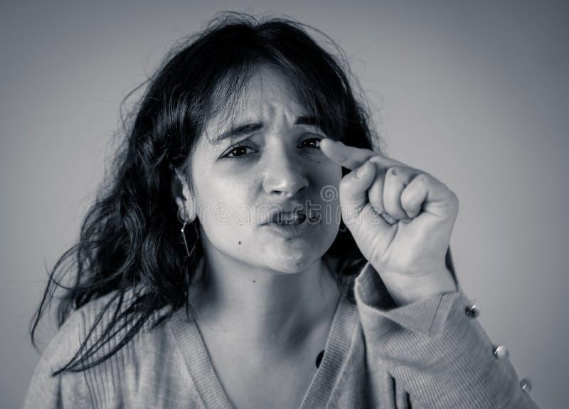 Menschliche Ausdrücke und Gefühle Hoffnungslose junge attraktive Frau mit dem verärgerten Gesicht, das wütend schaut lizenzfreie stockbilder