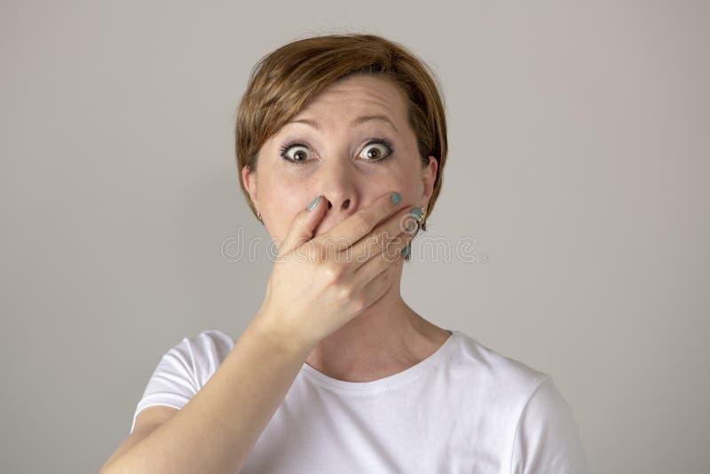 Menschliche Ausdrücke und Gefühle Junge attraktive Frau mit überraschtem und entsetztem Gesichtsausdruck lizenzfreie stockfotografie