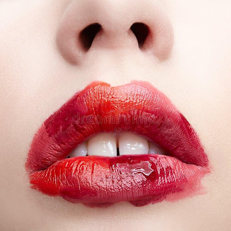Menschliche Frauenlippen mit ungewöhnlichem alyapy Schönheitsmake-up Mädchen mit perfekter Lippenform stockbilder