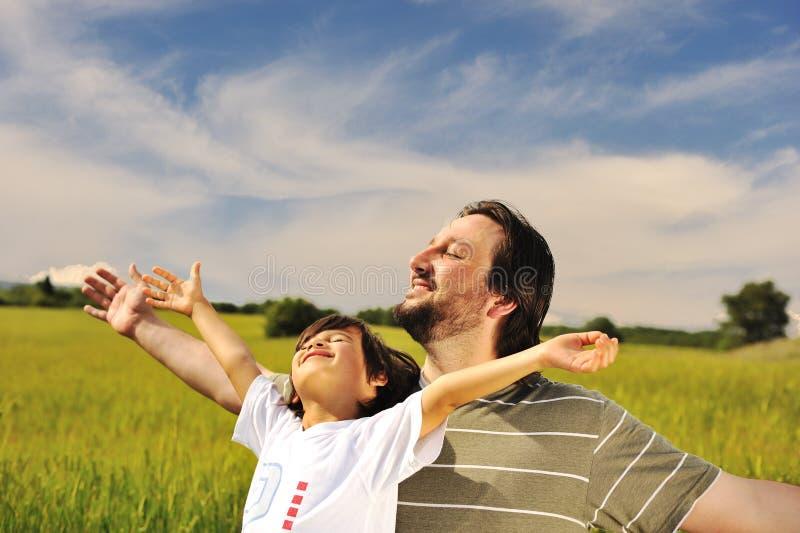 Menschliche Freiheit, Glück in der Natur stockbild