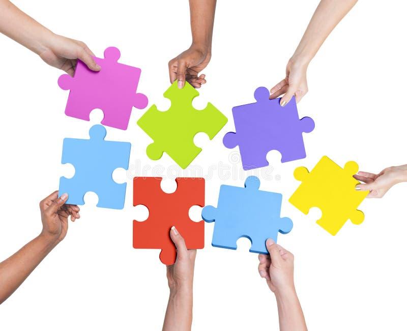 Menschliche Hände, die Puzzlen halten lizenzfreies stockfoto