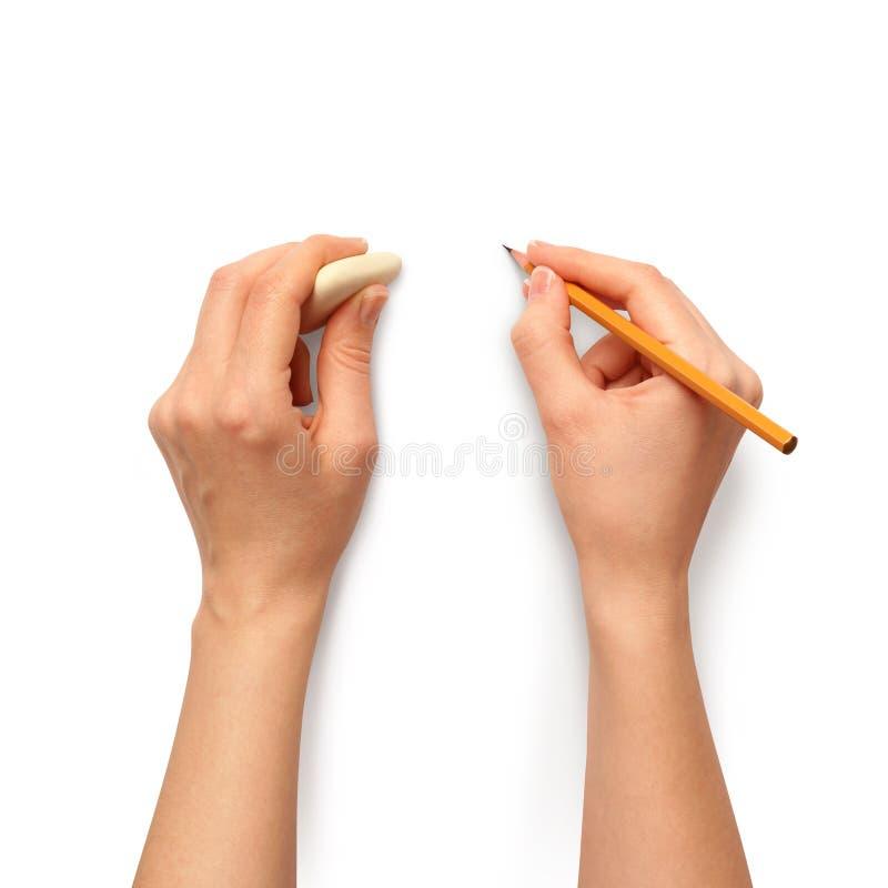 Menschliche Hände mit Bleistift und Löschengummi stockbild