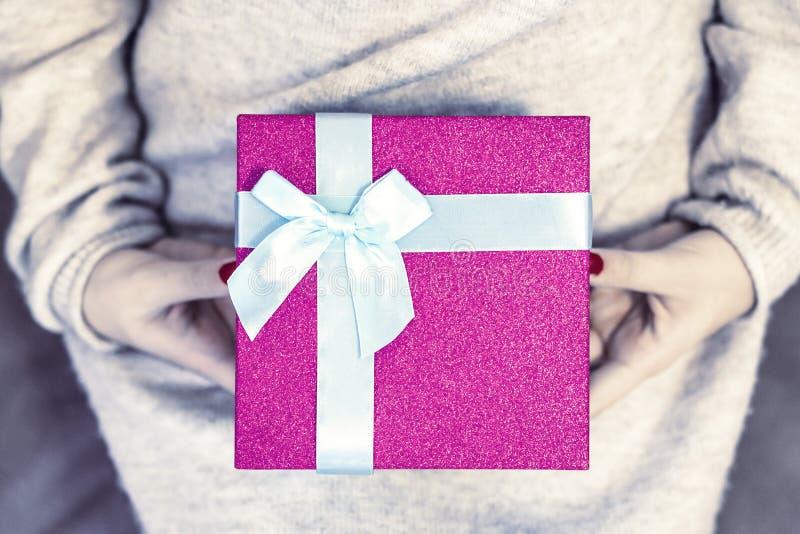 Menschliche H?nde, die ein Geschenk halten lizenzfreies stockfoto