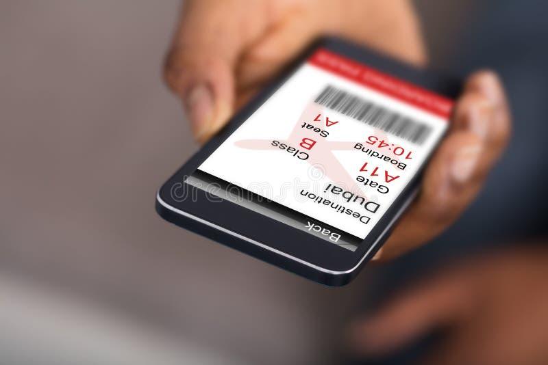 Menschliche Hand, die Handy mit elektronischer Bordkarte hält stockbild