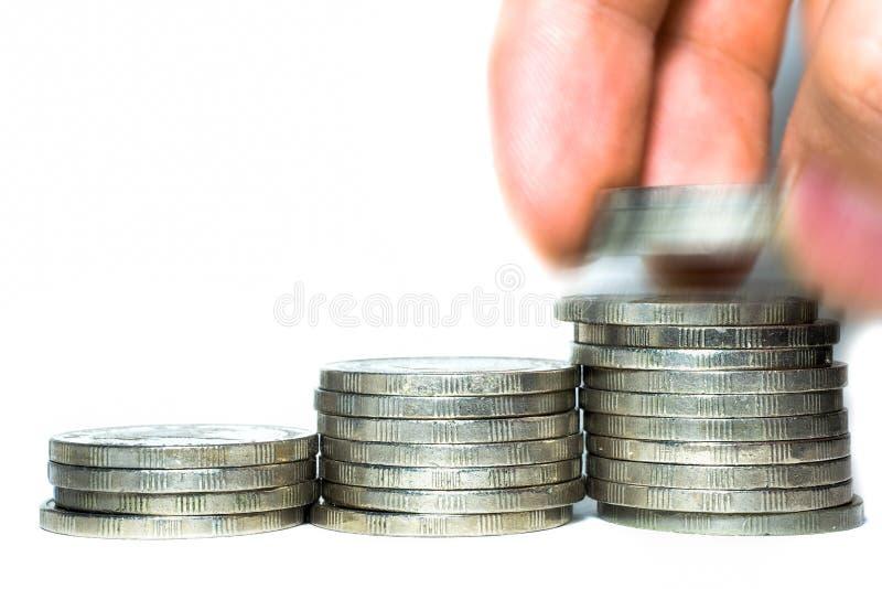 menschliche Hand, die Münze zum Geld setzt stockfotos