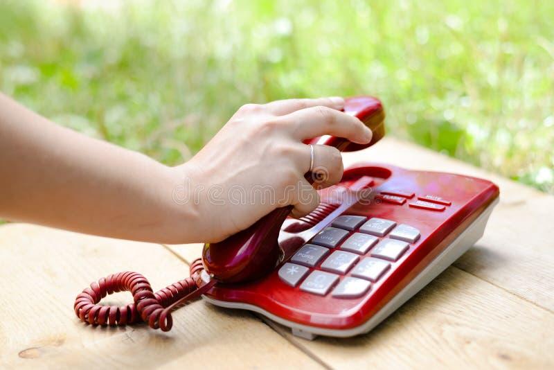 Menschliche Hand, die Telefon, Nahaufnahmebild hält stockfoto