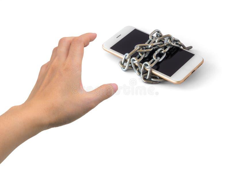 Menschliche Hand, die versucht, angeketteten Smartphone zu fangen stockfoto