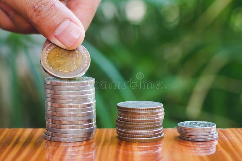 Menschliche Hand, die Wachstums-Einsparungsgeld des Münzengeldstapelschrittes wachsendes, Ablagerung nah von der Personenhand sta lizenzfreies stockbild
