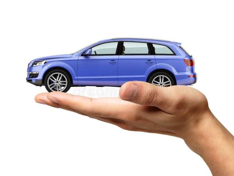 Menschliche Hand mit einem Auto auf der Palme. lizenzfreie stockfotos