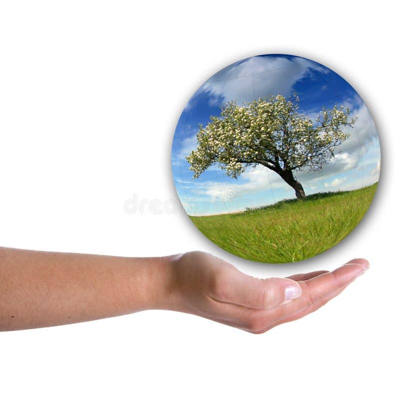 Menschliche Handholdinglandschaft innerhalb einer Luftblase stockbild