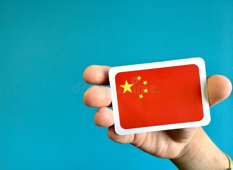 Menschliche Handholdingstaatsflagge von China stockbilder