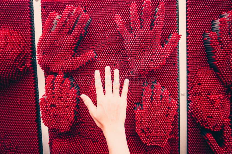 Menschliche Handpalme gegen Handabdrücke stockfoto
