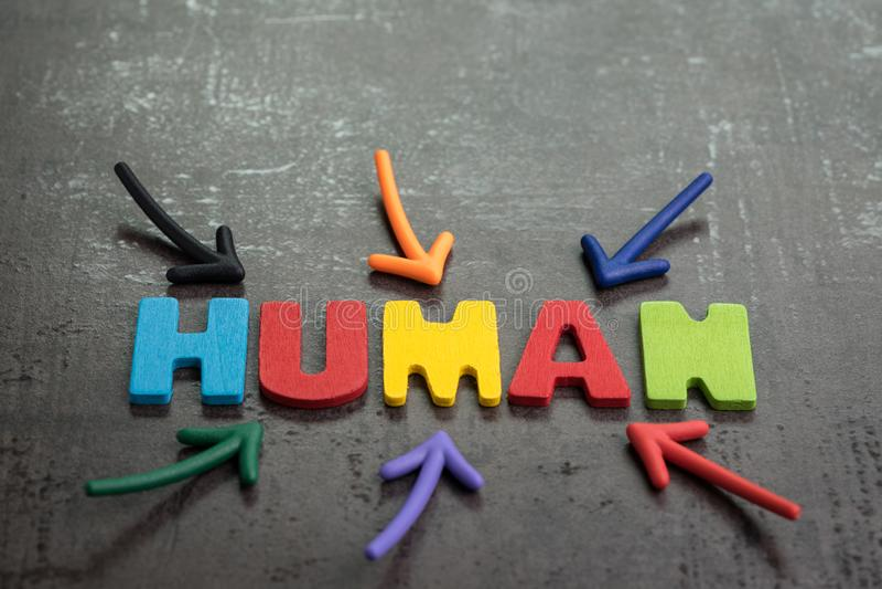 Menschliche Jobs ersetzt durch Roboterbewusstseinskonzept, mehrfacher Pfeil, der auf die bunten Alphabete MENSCHLICH auf schwarze lizenzfreies stockfoto