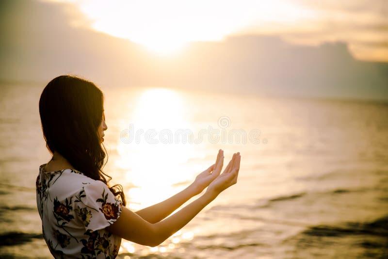 Menschliche Palme übergibt Aktion wie beten, um anzubeten lizenzfreies stockbild
