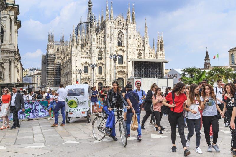 Menschlicher Fluss auf das Kathedralen-Quadrat in der Mitte von Mailand stockfotos