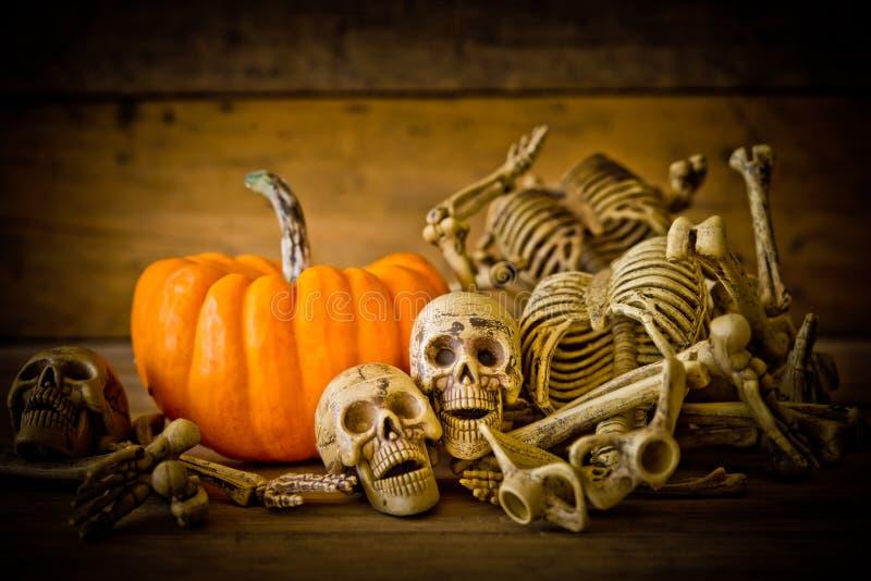 Menschlicher Schädel auf hölzernem Hintergrund, Skelett und Kürbis auf Holz, glücklicher Halloween-Hintergrund, Halloween-Kürbise stockfotos