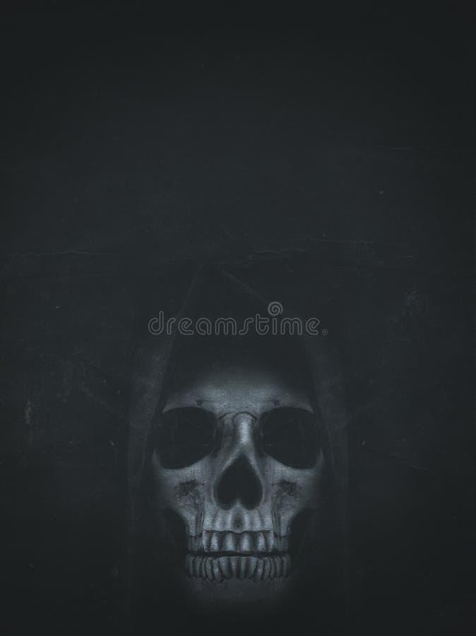Menschlicher Schädel in der Haube auf dunklem Hintergrund mit Platz für Ihren Text stockfotografie