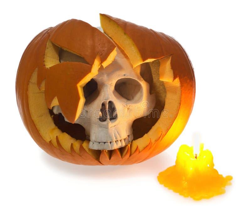 Menschlicher Schädel Halloween-Geistes kommt aus ein defekter Kürbis beleuchtete wi heraus stockfotos