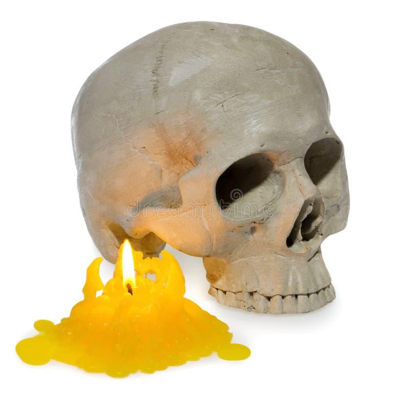 Menschlicher Schädel Halloweens, skeleton Geistkopf leuchtete mit einem Gelb stockfotos