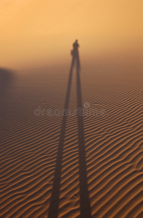 Menschlicher Schatten in der Sahara-Wüste lizenzfreies stockbild