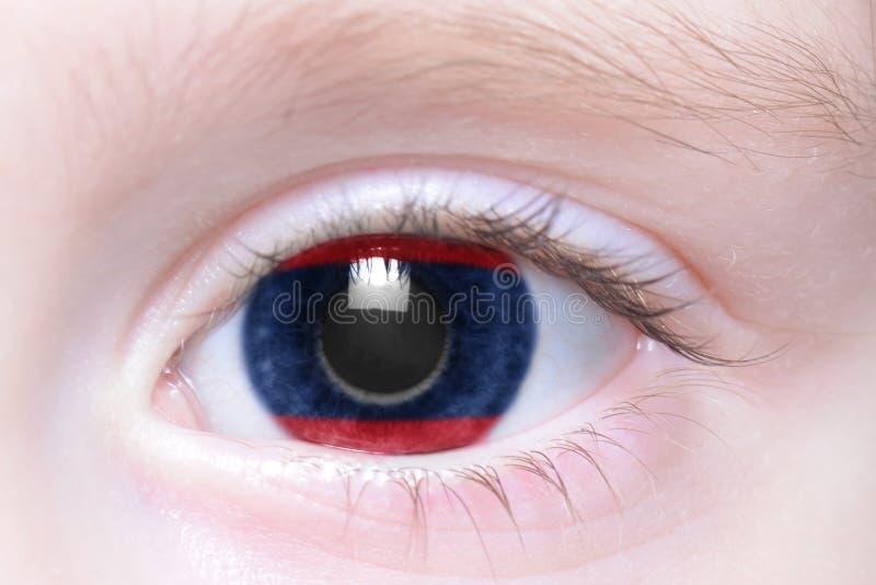 Menschliches Auge mit Staatsflagge von Laos stockfotografie