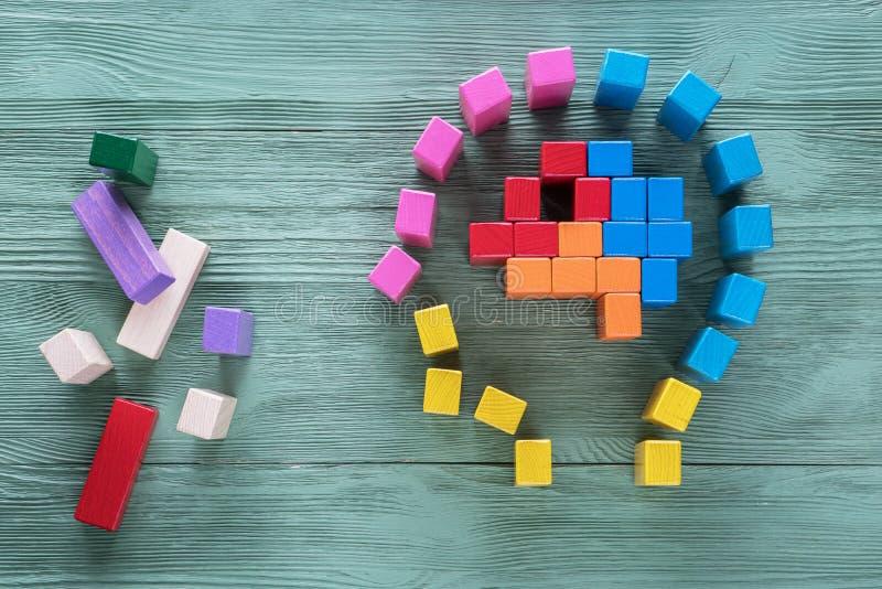 Menschliches Gehirn wird von den mehrfarbigen Holzklötzen gemacht Kreatives medizinisches oder Geschäftskonzept Logische Aufgaben lizenzfreie stockfotos