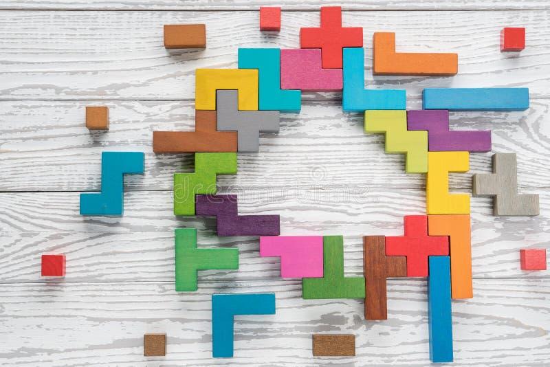 Menschliches Gehirn wird von den mehrfarbigen Holzkl?tzen gemacht lizenzfreies stockfoto