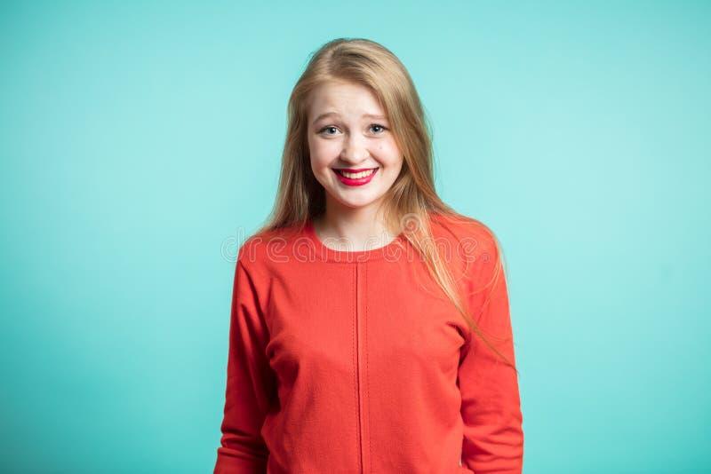Menschliches Gesichts-Ausdrücke und Gefühle Glückliche nette junge Frau, die ihr rotes Kleid sich freut an den positiven Nachrich stockbild