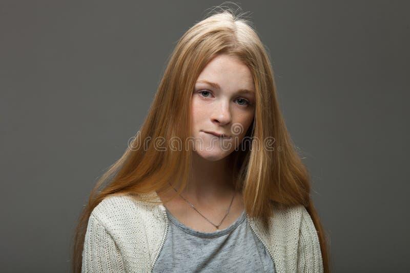 Menschliches Gesichts-Ausdrücke und Gefühle Porträt der jungen entzückenden Rothaarigefrau im gemütlichen Hemd ihre Lippe beißend stockfotografie