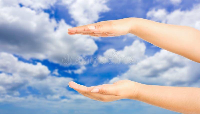 Menschliches Handzeichen etwas mit Himmelhintergrund stockfoto